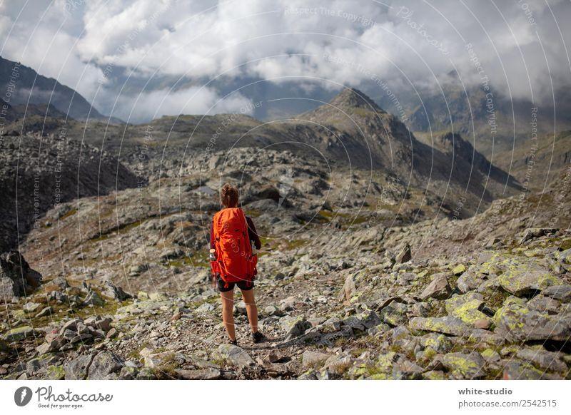 Bergwelt Frau Erwachsene wandern Berge u. Gebirge Stein Rucksack Rucksacktourismus Rucksackurlaub Wandertag Wanderausflug Landschaft schön Wolken Bergsteigen