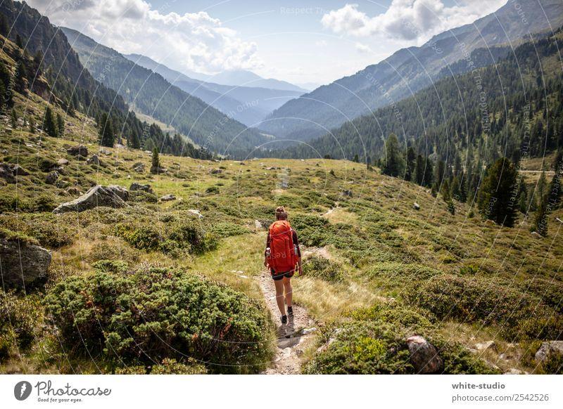 Traumlandschaft Frau Erwachsene wandern Rucksack Rucksacktourismus Rucksackurlaub Wandertag Wanderausflug Spaziergang Gesundheit Fußweg Wanderpfad Tal
