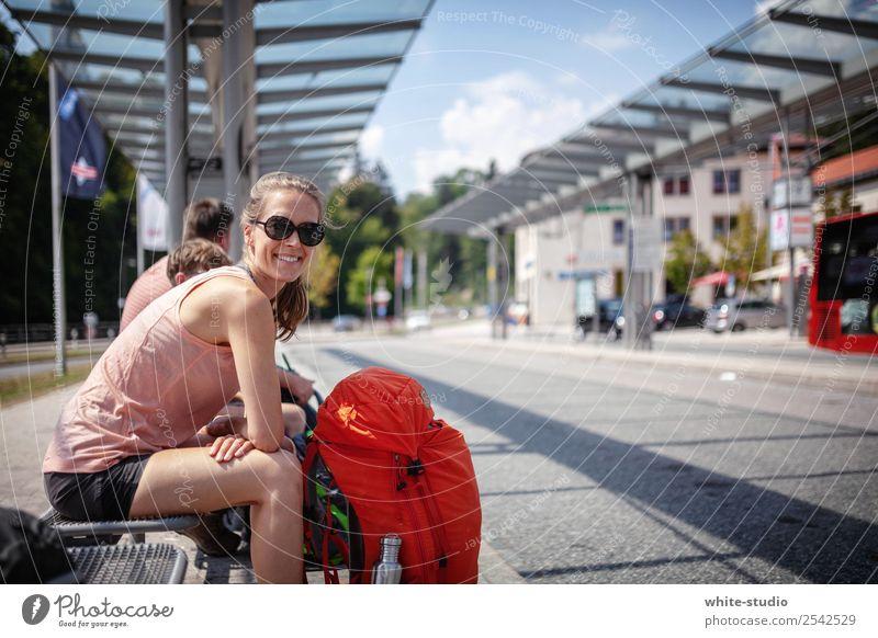 Ab ins Abenteuer Frau Ferien & Urlaub & Reisen Erwachsene Tourismus wandern sitzen warten Bahnhof Rucksack Rucksacktourismus Busfahren Bushaltestelle Busbahnhof