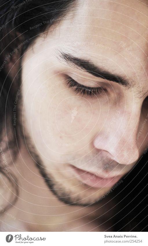 zart. maskulin Haut Haare & Frisuren Gesicht Auge Nase Mund 1 Mensch 18-30 Jahre Jugendliche Erwachsene brünett Wimpern schön Traurigkeit nachdenklich Farbfoto