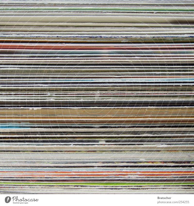 150. Postkarte Stapel mehrfarbig Schicht Streifen abstrakt Textfreiraum Menschenleer Makroaufnahme schreiben frontal Nahaufnahme Papier Karton Schreibwaren