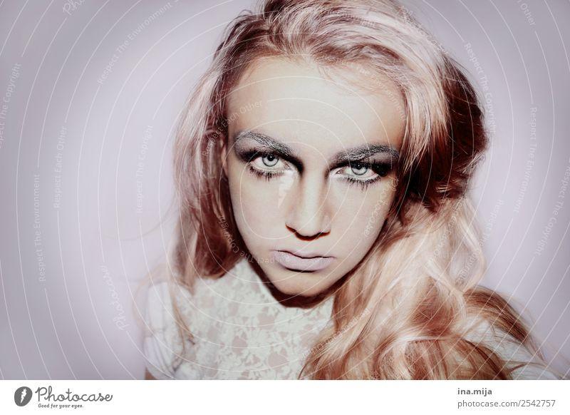 eiskalt Mensch Jugendliche Junge Frau weiß Winter Kunst außergewöhnlich Angst träumen blond Kreativität verrückt Zukunftsangst gruselig Theaterschauspiel