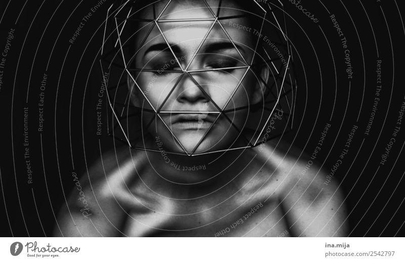 Gedankenkäfig Mensch feminin Junge Frau Jugendliche Erwachsene 1 Künstler Theaterschauspiel Schauspieler Denken Aggression Unendlichkeit Reue Angst Todesangst