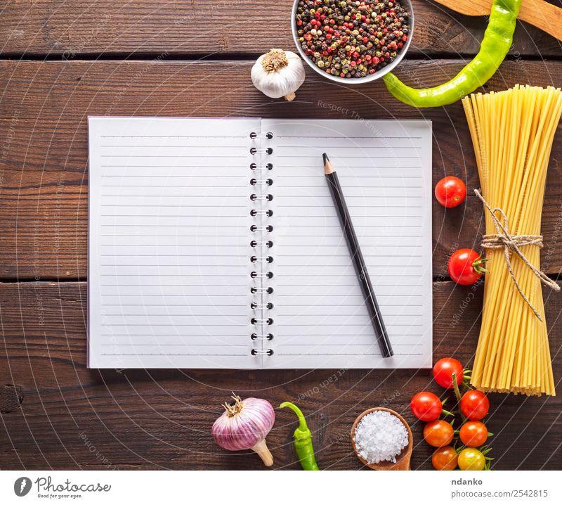 Zutaten für die Teigwarenherstellung Gemüse Backwaren Kräuter & Gewürze Löffel Papier Linie Essen frisch groß lang oben gelb rot schwarz Farbe Tradition