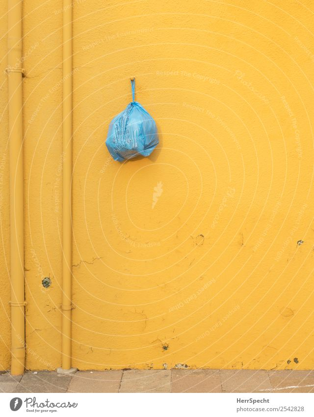safe spot Dorf Altstadt Haus Gebäude Mauer Wand Fassade Kunststoff lustig blau gelb Müllbehälter aufhängen Rohrleitung Sicherheit Reichweite Plastiktüte