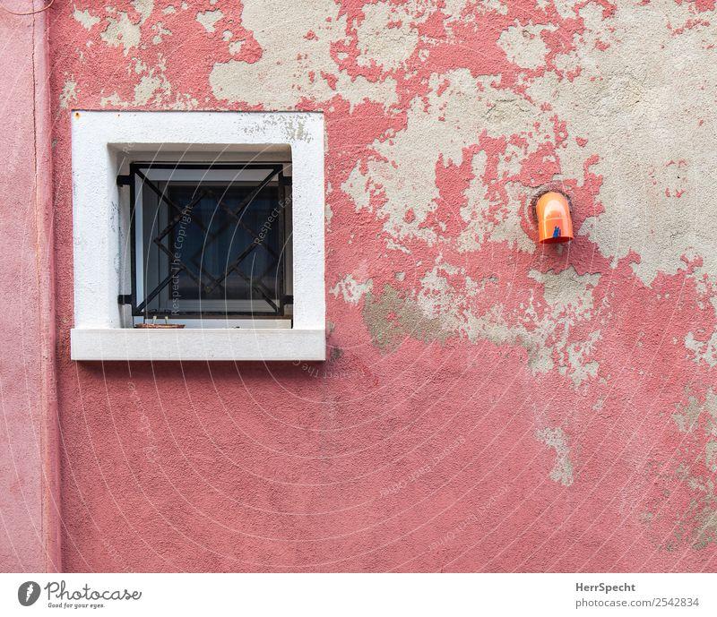 Mauer-Still Venedig Altstadt Haus Gebäude Wand Fenster Dachrinne alt historisch rosa Gitter Abflussrohr verfallen Anstrich Stillleben Farbfoto Außenaufnahme