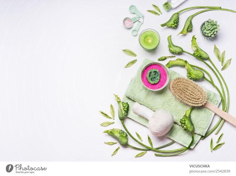 Spa Set mit grünen Kerzen, Blumen und Pflanzen, Reichtum Stil Design schön Körperpflege Kosmetik Gesundheit Behandlung Wellness Erholung Massage Bad Natur