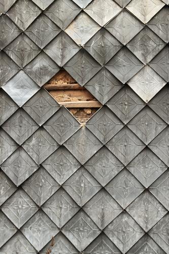 Zwei Abtrünnige Bauwerk Fassade Metall hängen historisch Originalität grau Präzision Symmetrie Verfall Wandel & Veränderung Dachziegel Wandtäfelung Quadrat