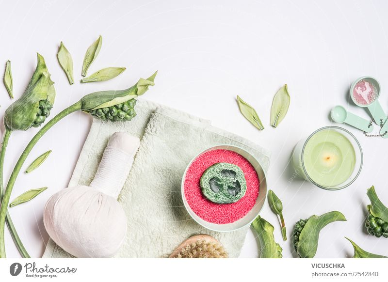 Spa mit Badesalz, Handtuch und Massage Kräuterkompresse Stil Design schön Körperpflege Kosmetik Gesundheit Behandlung Wellness Kur Natur Dekoration & Verzierung