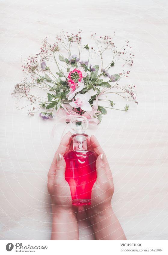 Parfüm in weiblichen Hände mit Blumen Stil Design schön Kosmetik Parfum Spa feminin Frau Erwachsene Hand Natur Blüte rosa Hintergrundbild Blog