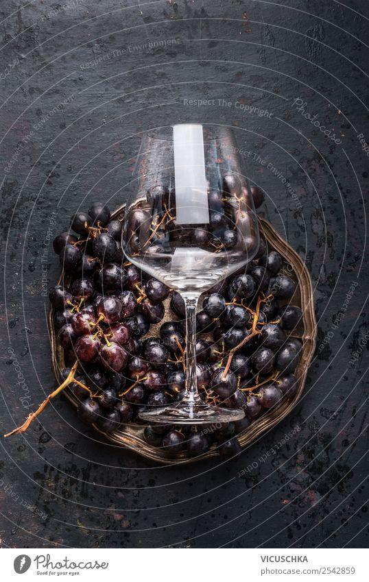 Weintrauben und Weinglass Lebensmittel kaufen Stil Design Tisch Restaurant altehrwürdig dunkel Stillleben Farbfoto Studioaufnahme Textfreiraum oben