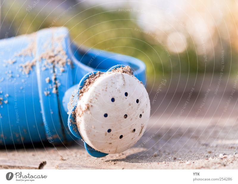 Liegen gelassen blau Sommer Einsamkeit Herbst Spielen Garten Sand Kindheit Freizeit & Hobby dreckig Lifestyle leuchten niedlich Kitsch Kunststoff Spielzeug