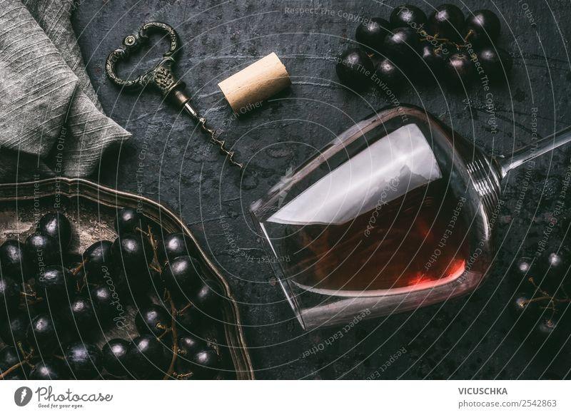 Rotwein im Glas mit Trauben und Korkenzieher Festessen Getränk Alkohol Wein Geschirr Stil Design Party Veranstaltung Restaurant Feste & Feiern retro