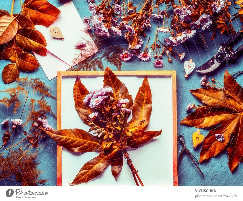 Herbst Blumenstrauß auf dem Tisch mit Herbstlaub Lifestyle Stil Design Dekoration & Verzierung Natur Pflanze Blatt gelb arrangiert Stillleben Floristik Farbfoto