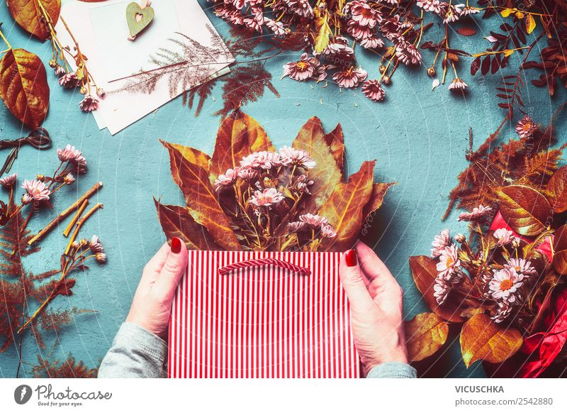 Hände halten Papierbeutel mit Herbst Blumen und Blättern kaufen Stil Tisch Feste & Feiern Blatt Blüte Dekoration & Verzierung Blumenstrauß trendy gelb Design