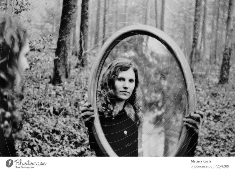 the dreamer. Mensch Junge Frau Jugendliche Erwachsene 1 18-30 Jahre Zufriedenheit Mut Reinheit bescheiden Einsamkeit Spiegel Märchen Illusion Schwarzweißfoto