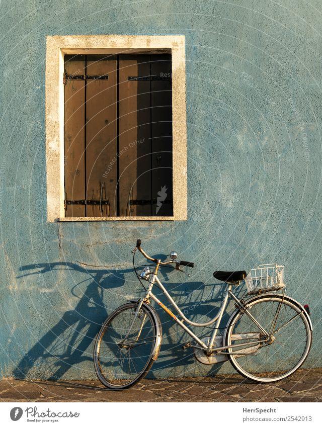 Abendrad Italien Venedig Altstadt Haus Gebäude Mauer Wand Fenster Fahrrad alt ästhetisch authentisch blau Schattenspiel Fensterladen parken Farbfoto