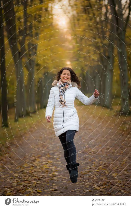 luftig | Freudensprung im Wald Mensch feminin Junge Frau Jugendliche 1 18-30 Jahre Erwachsene Natur Herbst Park Fußgänger Wege & Pfade Mode Bekleidung Mantel