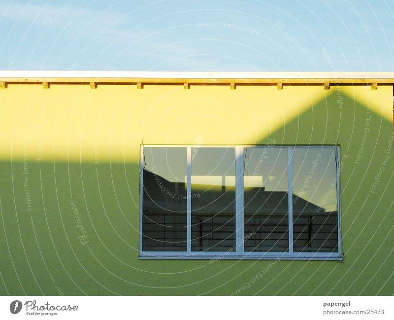 Flachdach gelb Wand einfach Fenster Reflexion & Spiegelung Architektur Schatten