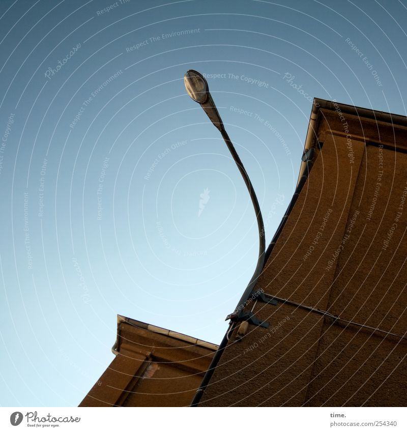 Armleuchter | ChamanSülz Himmel blau Wand oben Mauer Gebäude braun hoch Energiewirtschaft Elektrizität Fabrik Straßenbeleuchtung Befestigung