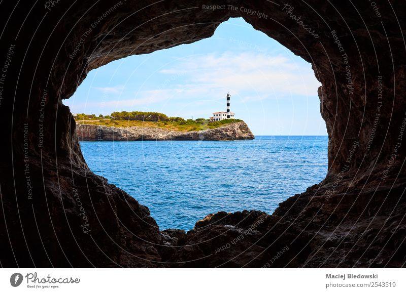 Portocolom Leuchtturm auf einer Klippe von einer Höhle aus gesehen. Ferien & Urlaub & Reisen Tourismus Ausflug Sightseeing Kreuzfahrt Sommer Sommerurlaub Meer
