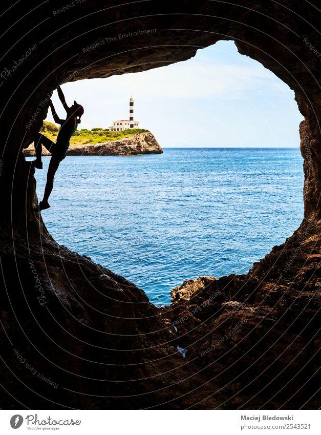 Silhouette einer Athletin, die in einer Höhle klettert. Lifestyle Ferien & Urlaub & Reisen Abenteuer Freiheit Sommer Meer Sport Klettern Bergsteigen Erfolg
