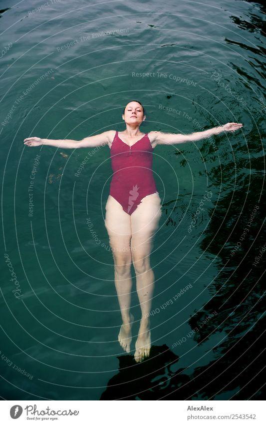 Junge Frau im Badeanzug die im Wasser liegt Freude schön Leben Wohlgefühl Schwimmbad Freizeit & Hobby Sommer Sommerurlaub Jugendliche Beine 18-30 Jahre