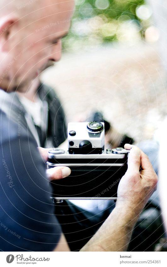 [CHAMANSÜLZ 2011] Fotografie Mensch alt Hand schwarz Leben Erwachsene Freizeit & Hobby maskulin Lifestyle außergewöhnlich Fotokamera historisch zeigen 45-60 Jahre Fotografieren Daumen
