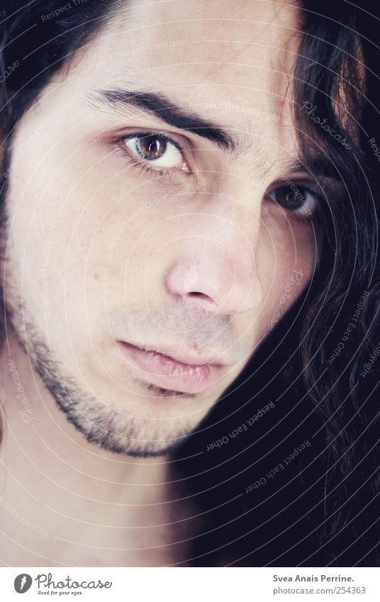Innen an Aussen. maskulin Kopf Haare & Frisuren Gesicht Auge 1 Mensch 18-30 Jahre Jugendliche Erwachsene brünett langhaarig Locken Blick Traurigkeit