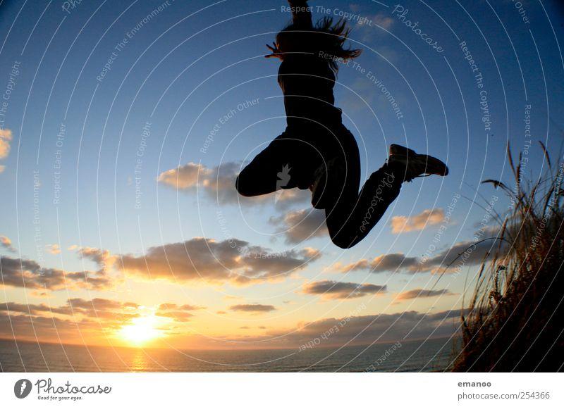 Die Leichtigkeit der Jugend Mensch Himmel Ferien & Urlaub & Reisen Sonne Sommer Meer Strand Freude Landschaft Gefühle Freiheit springen Küste Stil Wetter Wellen
