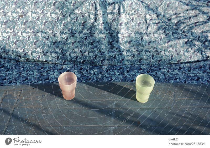 Gegenüberstellung Gartentisch Schaukel Becher 2 paarweise Kunststoff stehen warten gegenüber leer Lücke bläulich blau-grau grau-blau rosa hellgelb Farbfoto