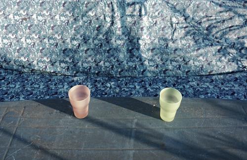 Gegenüberstellung Wasser paarweise stehen warten Kunststoff Schaukel Textilien voll Becher gegenüber Gartentisch