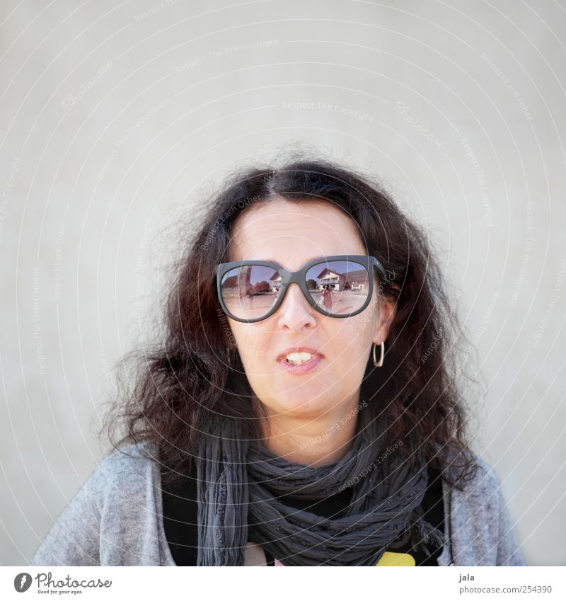 CHAMANSÜLZ | miss wayfarer Mensch feminin Frau Erwachsene 1 Accessoire Sonnenbrille brünett langhaarig Lächeln schön Farbfoto Außenaufnahme