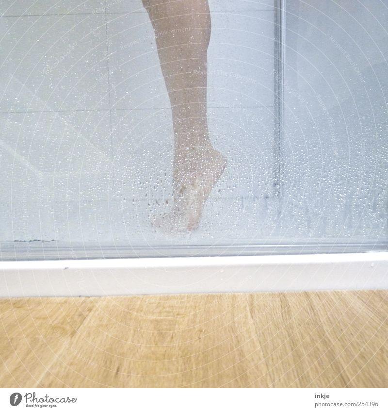 Fuß Körperpflege Wellness Freizeit & Hobby Bad Leben Unterschenkel Zehenspitze 1 Mensch Wassertropfen Dusche (Installation) Unter der Dusche (Aktivität) Tropfen