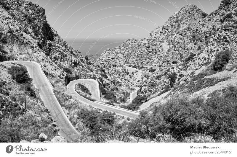 Eine kurvenreiche Bergstraße. Ferien & Urlaub & Reisen Tourismus Ausflug Abenteuer Freiheit Sightseeing Expedition Camping Fahrradtour Sommer Berge u. Gebirge