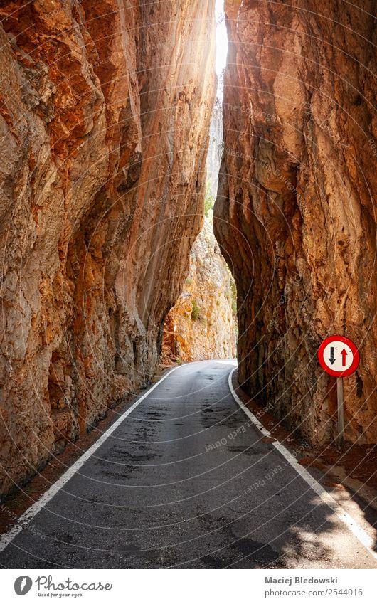 Schmale Straße, die durch einen Berg führt. Ferien & Urlaub & Reisen Ausflug Abenteuer Expedition Camping Fahrradtour Sonne Berge u. Gebirge Natur Felsen
