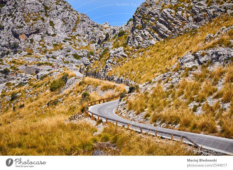 Kurvenreicher Abschnitt einer Bergstraße. Ferien & Urlaub & Reisen Tourismus Ausflug Abenteuer Ferne Freiheit Expedition Fahrradtour Sommer Berge u. Gebirge