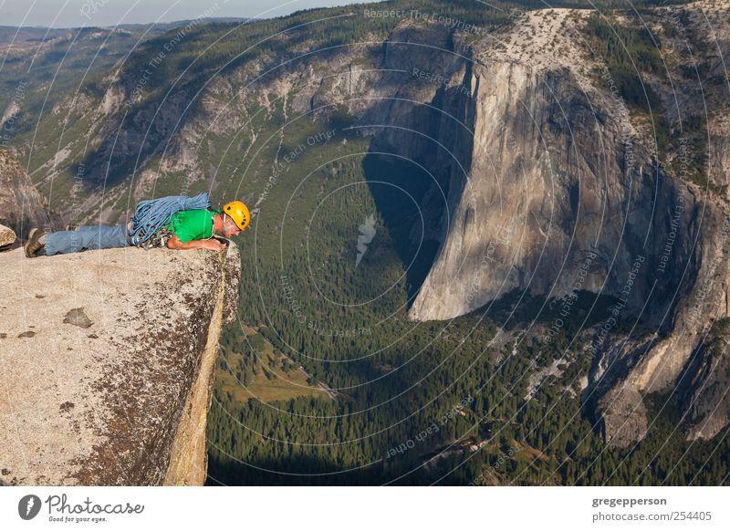Kletterer auf dem Gipfel. Leben Abenteuer Sport Klettern Bergsteigen Erfolg Seil maskulin Mann Erwachsene 1 Mensch 30-45 Jahre Helm Lebensfreude selbstbewußt