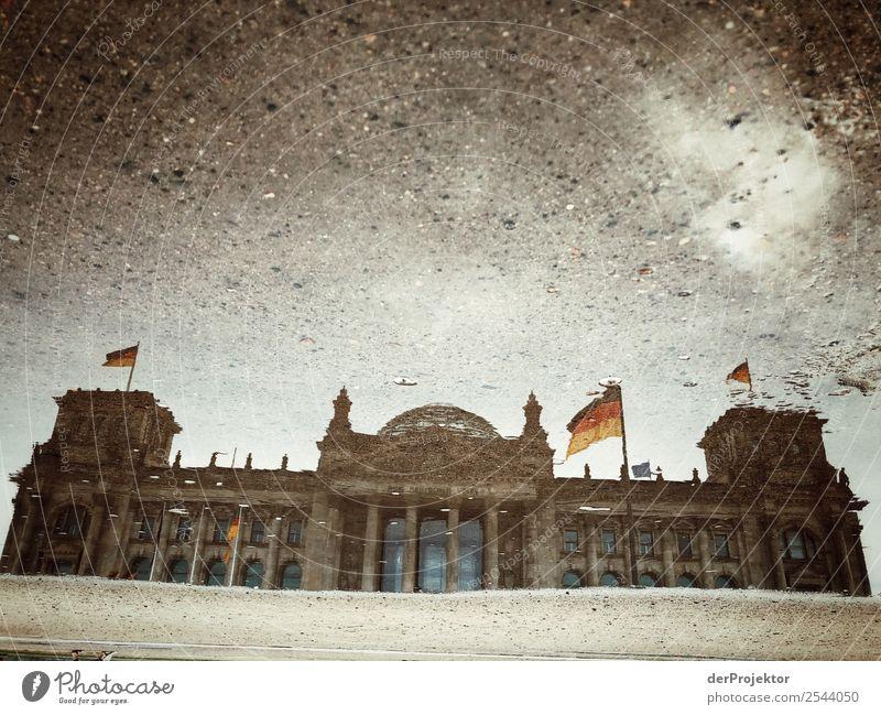 Reichstag in der Pfütze Ferien & Urlaub & Reisen Wolken Architektur Berlin Gebäude Tourismus außergewöhnlich Freiheit Ausflug ästhetisch Deutsche Flagge