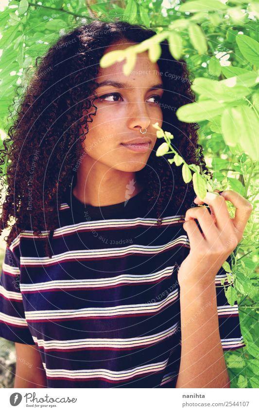 Junge Frau genießt die Natur Lifestyle Stil schön Haare & Frisuren Haut Gesicht Wellness Sinnesorgane Mensch feminin Jugendliche Erwachsene 1 18-30 Jahre