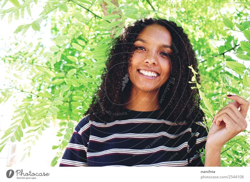 Junge glückliche Frau umgeben von grünen Blättern Lifestyle Stil Design schön Haare & Frisuren Gesicht Gesundheit Wellness Wohlgefühl Zufriedenheit Mensch