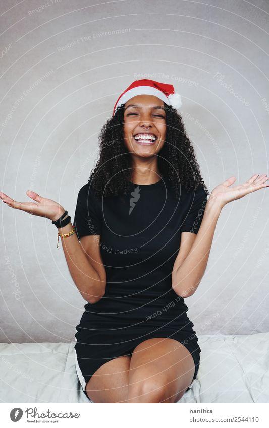 Fröhliche junge Frau mit Weihnachtsmann-Hut Lifestyle Stil Design Freude schön Haare & Frisuren Wellness Leben Feste & Feiern Weihnachten & Advent