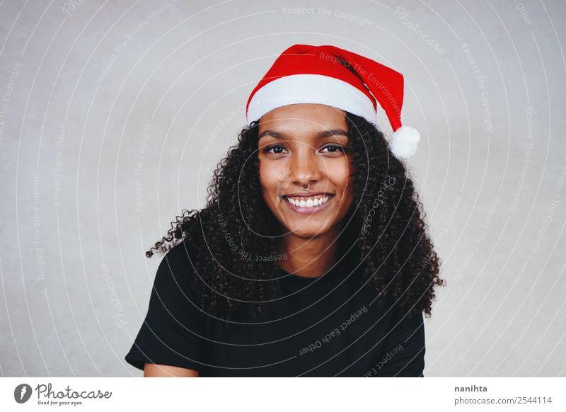 Junge Frau mit Weihnachtsmütze Stil Design Freude Feste & Feiern Weihnachten & Advent Silvester u. Neujahr Mensch feminin Jugendliche Erwachsene 1 18-30 Jahre