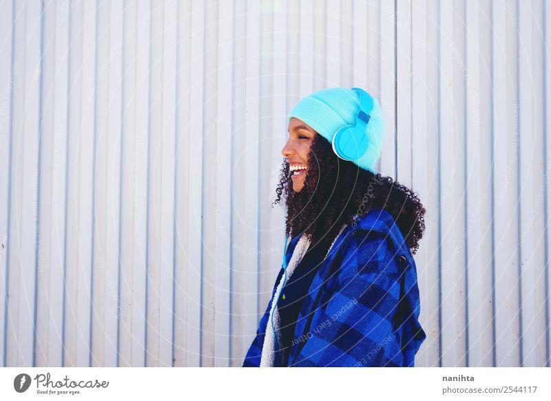 Frau Mensch Jugendliche Junge Frau blau Stadt schön Freude 18-30 Jahre Lifestyle Erwachsene feminin lachen Stil Design Freizeit & Hobby