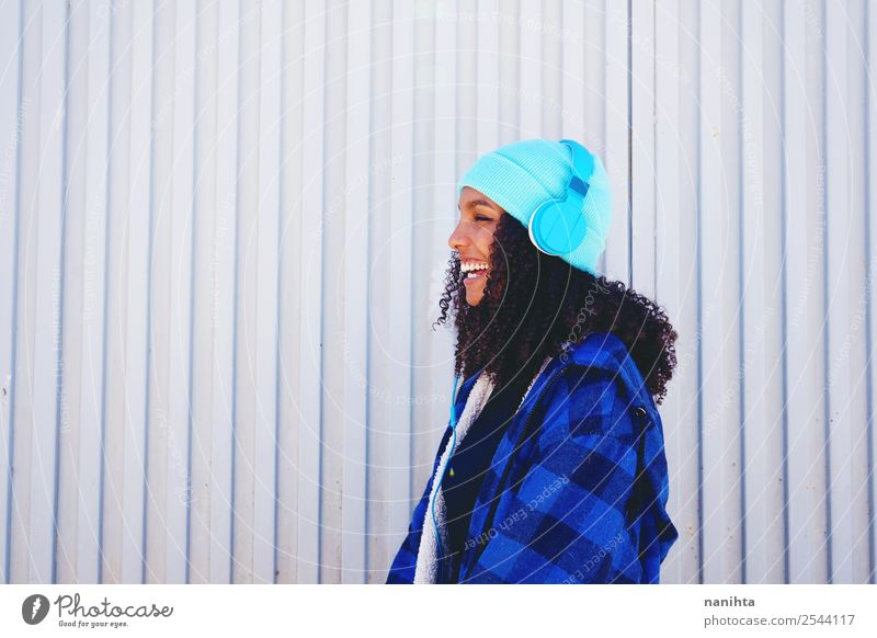 Glückliche Teenager-Frau beim Musikhören Lifestyle Stil Design Freude Wellness Freizeit & Hobby Headset Kopfhörer Technik & Technologie Unterhaltungselektronik