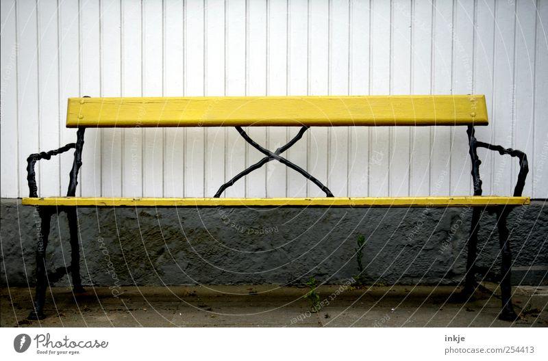 entspannterwerdenlockerbleiben Freizeit & Hobby Garten Gartenbank Platz Mauer Wand Fassade Terrasse Bank Kreuz Linie alt warten frei gelb schwarz weiß Stimmung