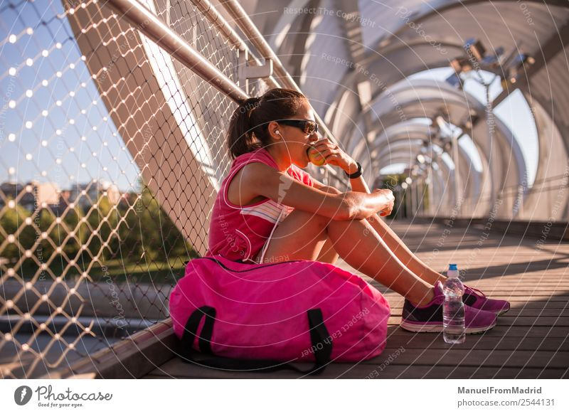 Frau Mensch Sommer schön Essen Lifestyle Erwachsene Sport Glück Frucht Ernährung Körper sitzen Aktion Fitness Wellness