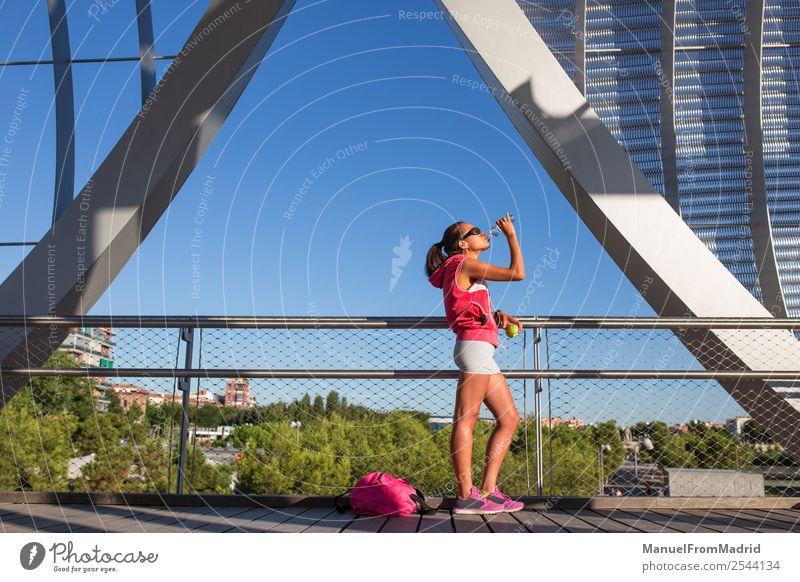 Frau Mensch Sommer schön Lifestyle Erwachsene Sport Glück Körper Aktion Fitness trinken Wellness Läufer Joggen üben