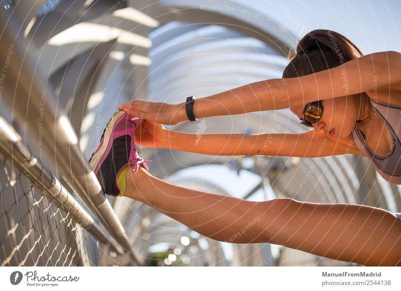 junge Läuferin Frau streckend Lifestyle Glück schön Körper Wellness Sommer Sport Joggen Mensch Erwachsene Fitness Training Mädchen laufen Jogger Gesundheit üben