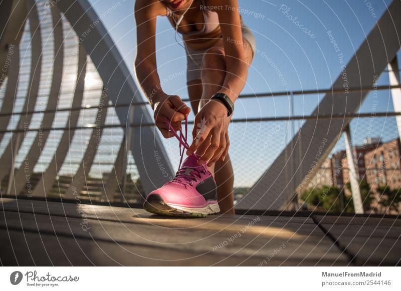 Frau Läufer binden Schuhbänder Lifestyle Glück schön Körper Wellness Sommer Sport Joggen Mensch Erwachsene Schuhe Fitness rennen Kopplungsbindung Training